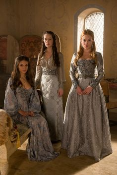 Costumes: Dresses & Gowns – Caitlin Stasey as Kenna, Anna Popplewell as Lola and Celina Sinden as Greer in Reign Moda Medieval, Medieval Dress, Reign Dresses, Old Dresses, Reign Serie, Celina Sinden, Marie Stuart, Caitlin Stasey, Reign Tv Show