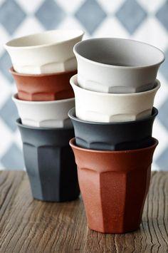 Materiale: bambus. Volum: 3 dl. Farge: svart, brun, beige og grå. Tåler maskinvask.