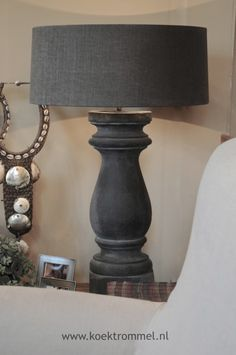 kleine houten balluster voet Like shape and style of lamp & shade but not sure about black.