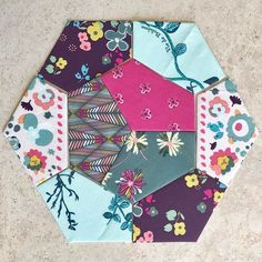 Wonders of epp: the more I work with shapes, the more amazed I am to see in how many ways I can combine them. Paper Piecing Patterns, Quilt Block Patterns, Quilt Blocks, Quilting Projects, Quilting Designs, Sewing Projects, Quilting Tutorials, Diy Projects, Paper Quilt