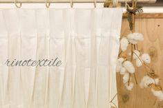 リノテキスタイルです。1枚の布から生まれる不規則なタックは 一つ一つ丁寧に手作業でつまんでいきます。 生地名: リノコトン カラー: ホワイト 素材: コットン100% サイズ: 幅100cm× 丈250cm クリーニング: ドライ 価格  ¥28,000(税込)