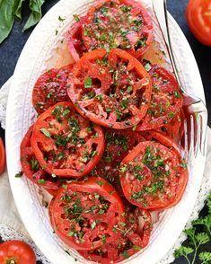 Öyle lezzetli oldu ki, bundan sonra domatesi bol bol marine edeceğiz. 😍 @fivehearthome tarifiyle Marine Domates Salatası 🍅 Malzemele