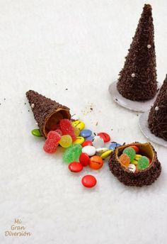 Christmas tree gifteez made from sugar cones covered in chocolate (maybe dip them?) and filled with little goodies. Creative Christmas Food, Xmas Food, Christmas Sweets, Christmas Cooking, Christmas Goodies, Simple Christmas, All Things Christmas, Kids Christmas, Gingerbread