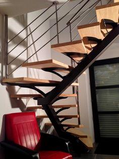 Escalier métallique demi-tournant sur limon central.  Architecture et décoration contemporaine. Art Métal Concept - Quimper - http://artmetalconcept.e-monsite.com/album/escaliers/