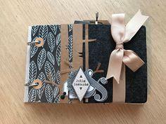 le blog de miniMlescrap: le voici enfin!!! et en entier =) Mini Albums Scrapbook, Diy Scrapbook, Album Photo Scrap, Paper Art, Paper Crafts, Creation Deco, Textiles, Scrapbooking, Notebooks