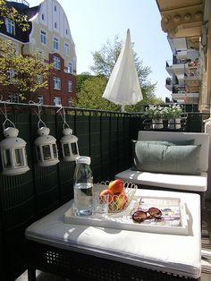 Krásny, útulný balkón.. a tie lampáše <3