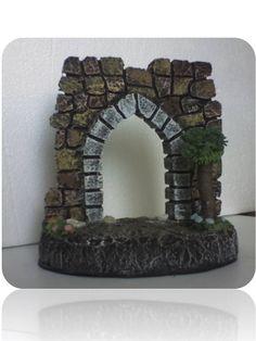 Fachada de anime tratado  para figuras de 7,5 cm de 17 cm de alto y 16 cm de base, con adornos de madera , masa flexible y piedra.