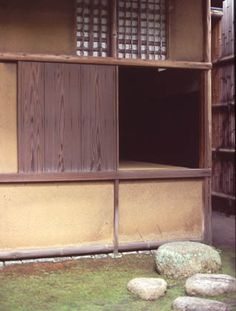 [Omote senke] tea room: Fushin'an nijiriguchi.  [表千家不審菴]茶室と露地:不審庵 にじり口