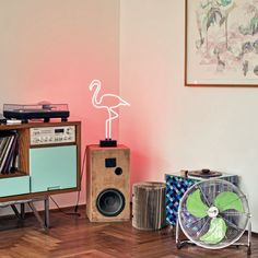 Letreiros Neon na Decoração - Iluminação Neon - NEON - Letreiros em Casa - #BlogDecostore - Palavras Iluminadas - Flamingo Neon - Flamingo - Caixa de Som de Madeira - Ventilador de Chão - Decoração Moderna - Decoração de Salas - Salas Decoradas
