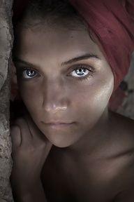 Se te ve triste. ¿ Qué te pasa ? Afghan eyes