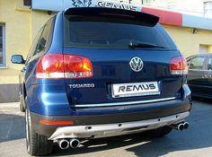 REALIZACJA: Volkswagen Touareg V10 TDI  Jeden z najpotężniejszych aut SUV w historii! 5 litrowy silnik V10 TDI zapewniał Touaregowi olbrzymie pokłady mocy oraz momentu obrotowego, jednak nigdy nie zachwycał swoim brzmieniem. Jednakże nic straconego - właśnie od tego jesteśmy my! W prezentowanym VW zamontowaliśmy tylny tłumik wraz z czterema końcówkami. System ten zapewnił silnikowi V10 odpowiednie brzmienie i jednocześnie poprawił wygląd tylnej części auta!  Remus Polska…