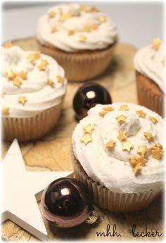 Weihnachtliche Muffins mit Sahne-Zimt Topping. Einfaches Cupcakes Rezept mit schöner Verzierung!