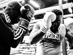 Two African American men training with boxing gloves Boxing Techniques, Martial Arts Techniques, Judo, Mma, Urban Road, Workout At Work, Boxing Workout, Let It Out, Fight The Good Fight
