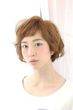 http://beauty.rakuten.co.jp/hs0200526/ 【フレンチ☆ショートヘア】 前髪にアクセントをだしたショートスタイル☆後頭部は丸みをもたせて、頭の形を良く見えるようにしています。表面は柔らかく動くレイヤーで動かし、 毛先にカールのパーマをかける事で外人風にしています★
