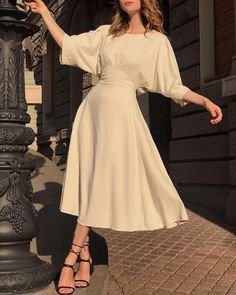 7 Chic Ways To Dress Like a French Women. How to style your clothing to achieve the classic Parisian chic look - 7 Chic Ways to Dress like A Parisienne - Joanna Rahier Dress Like A Parisian, Parisian Style, French Women Fashion, Parisian Chic Fashion, Vintage Chic Fashion, French Women Style, Vintage Outfits, Vintage Dresses, Chic Dress