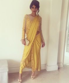 Drape Your Saree In Different Way -Awesomelifestylefashion . Indian Designer Outfits, Indian Outfits, Designer Dresses, Indian Dresses, Saree Draping Styles, Saree Styles, Drape Sarees, Trendy Sarees, Stylish Sarees