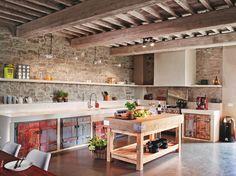 Kamenné steny  a stropné trámy  rekonštrukciou  obnovili. Originálne  sú tiež kuchynské  dvierka vyrobené  zo starých  okeníc. Tieto staré  prvky skombinovali  s novou betónovou  podlahou, modernými  armatúrami  a spotrebičmi.  Dominuje tu  originálny mäsiarsky  pult, ktorý je dielom  miestneho stolára,  rovnako aj veľký  jedálenský stôl.