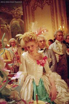 Kirsten Dunst as Marie Antoinette, Sofia Coppola Film Marie Antoinette Movie, Marie Antoinette Costume, Sofia Coppola, Movie Costumes, Cool Costumes, Period Costumes, Rococo Fashion, Vintage Fashion, Luis Xvi