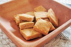 そば粉 60g 玄米粉 20g メープルシロップ 大さじ2 ソルト 少々 無調整豆乳 大さじ1 エクストラバージンオリーブオイル 小さじ1 ココナッツオイル 小さじ1 材料をすべてボウルに入れて混ぜ合わせ、袋に入れる。 5mmくらいの薄さに伸ばし、1.5cm角に切り、180℃のオーブンで20分ほど焼く。