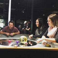Die Pfadirotte Cadero aus Gossau geniesst ihren Tagesausflug ins Technorama. Besonders gefallen haben uns die Knobeleien im Sektor Mathemagie und natürlich das Blitzeeinfangen im Faradayschen Käfig erzählt Sandro.  Und dieser Tisch ergänzt Elvira schmunzelnd im Mechanikum sitzend.   Welches ist dein Lieblings-Bild am Drehtisch? Poste es in die Kommentare! #technorama #sciencecenter #lovewinti #ausflugstipp #science Christmas 2019, Selfie, Day Trips, Math Resources, Table, Pictures, Selfies