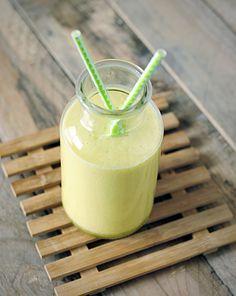 Een luchtige ananas smoothie, lekker als tussendoortje of aangevuld met een beetje havermout als lichte maaltijdvervanger.