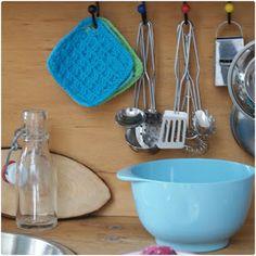 Karen Klarbæks Verden: DIY Small potholders for the play kitchen. Crochet Kitchen, Crochet Home, Crochet For Kids, Knitting Patterns, Crochet Patterns, Crochet Hot Pads, Oven Glove, Play Food, Crochet Squares