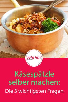 Besonders in Schwaben, im Allgäu und in Österreich gehören Käsespätzle zu den Lieblingsgerichten. Kein Wunder, so lecker wie sie sind. Wir klären die drei wichtigsten Fragen zur Zubereitung. #österreichischeküche #österreichischegerichte #österreichischerezepte #käsespätzle spätzle #schwäbischeküche #deftigeküche #deftigegerichte #bayerischerezepte #bayerischeküche #alpenküche #oktoberfest #biergarten #fuersiemagazin Japchae, Fondue, Ethnic Recipes, Pasta, Roast Leg Of Pork, Kaiserschmarrn, Pasta Meals, Noodles, Pasta Recipes