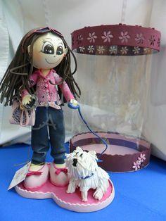 Niña fofucha con su perro Manolito y cajita de acetato decorada a juego.