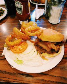 Un diner sur la route 66 rien de mieux que le Gouldie's 66 Diner un Bacon & Cheese Burger avec onions rings et c'était clairement trop bon ! Avec en plus une ambiance comme dans les films  #fastandfoodus