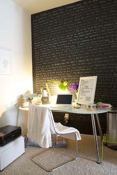 workspace com parede quadro negro