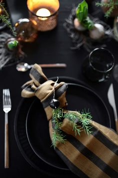 CHRISTMAS TABLE SETTING Christmas Table Settings, Hygge, Shades Of Green, Green Colors, Table Decorations, Creative, Holiday, Design, Home Decor