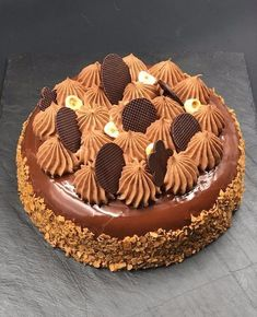 The combination of praline and chocolate, sweetness and c .- L'association du praliné et du chocolat, du moelleux et du croquant … que d… The combination of praline and chocolate, mellow and crunchy … what more can I say! Mini Desserts, Just Desserts, Delicious Desserts, Dessert Recipes, French Chocolate, Gula, Cake & Co, Sweet Tarts, Cream Cake