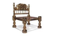 Deze zetel van de koningin uit de 16e eeuw die indertijd als weelderig werd gezien, is afkomstig uit India. Hij is gemaakt van Bengaals cederhout en met Indiase lakversierd in zwart en goud. De ha…