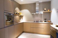 Moderne keukens kenmerken zich door strakke lijnen, veel hoogglans en ...