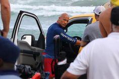 Pin for Later: Dwayne Johnson Montre Ses Muscles Sur le Tournage de Alerte à Malibu