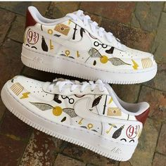 Behind The Scenes By customsbyleanne Bijoux Harry Potter, Décoration Harry Potter, Harry Potter Accessories, Harry Potter Tumblr, Harry Potter Outfits, Harry Potter Pictures, Harry Potter Converse, Harry Potter Drawings Easy, Cute Nike Shoes