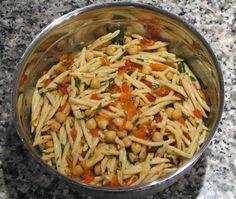 Gourmandises végétariennes: Nudelsalat mit Kichererbsen und gegrillter Paprika