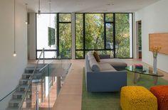Petit salon accueillant et lumineux situé sur la mezzanine de cette maison modulable
