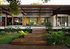 Wow, that walkway & house! House In Praia Preta / Nitsche Arquitetos Associados Design Exterior, Interior And Exterior, Exterior Colors, Home Modern, Tropical Houses, Future House, Interior Architecture, Tropical Architecture, Building Architecture
