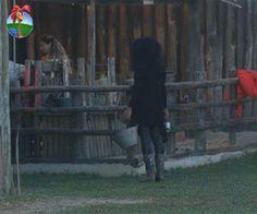 Nicole rasga seda para Viviane, ao observar a atriz ordenhar as cabras - A Fazenda - Rede Record