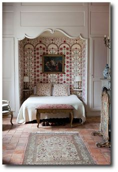 Alcove Bed with glorious pattern...