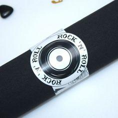 Un rond de serviette original en harmonine avec votre thème de contenant à dragées Rock n Roll pour une cérémonie déjantée.