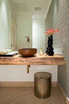 Exemplo: tampo em madeira rustica, cuba de sobrepor (ceramica/madeira); Azulejos geometricos na parede