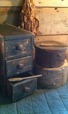 Love the well worn look. Primitive Bathrooms, Primitive Kitchen, Primitive Antiques, Country Primitive, Primitive Decor, Prim Decor, Country Decor, Rustic Decor, Old Wooden Boxes
