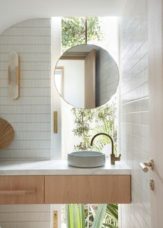 Airy pavilion-like structures make up Woorak House in Sydney, which CM Studio has designed to optimise views of its luscious green surroundings. Concertina Doors, Mini Bad, Ensuite Bathrooms, Black Bathrooms, Bathroom Tapware, Washroom, Modern Bathroom, Privacy Walls, Custom Dining Tables