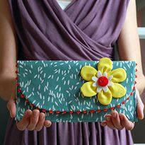 DIY Une jolie pochette. (Fat Quarter Project ~ Ric Rac Clutch from Jennifer Ladd) ( http://www.sewmamasew.com/2012/04/fat-quarter-project-ric-rac-clutch-from-jennifer-ladd/)