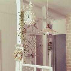 女性で、4LDKのレンガ壁紙/フランスアンティーク/吊り下げランプ/壁掛け時計/アイアンパーテーション…などについてのインテリア実例を紹介。(この写真は 2016-02-08 13:09:24 に共有されました)