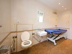 De invaliden badkamer van Zwembad Hofstad op Ypenburg is zeer ruim ...