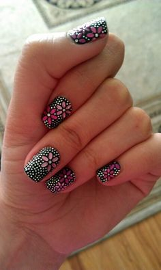 Very detailed, yet simple look, floral nails with white dots on black background Pink Flowers, Pretty Flowers, Summer Flowers, Daisies, Designs For Nails, Newest Nail Designs, Simple Nail Art Designs, Cute Nail Designs, Easy Nail Art