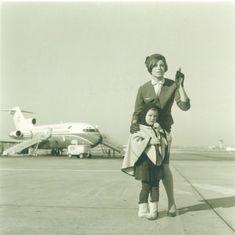 Assistente com 6.º uniforme da T.A.P. e uma menina passageira na pista da Portela; ao fundo do Boeing 727, Lisboa [?], 1968. Lisbon Airport, Boeing 727, Pista, Airplane, Planes, Hipster, Airports, Plane, Airplanes